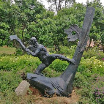 公园景观雕塑 铸铜人物 户外创意小品定制樵夫伐木场景雕塑厂家图片